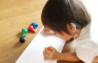 クレヨンで絵を書く男の子