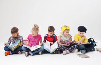 本を読む子供達