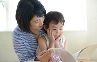 母が子供に読み聞かせ