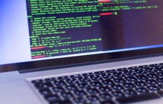 プログラミングコード表示されているノートパソコン