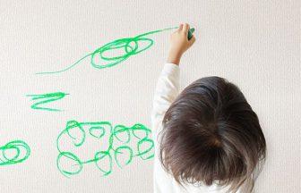 壁に落書きする子供