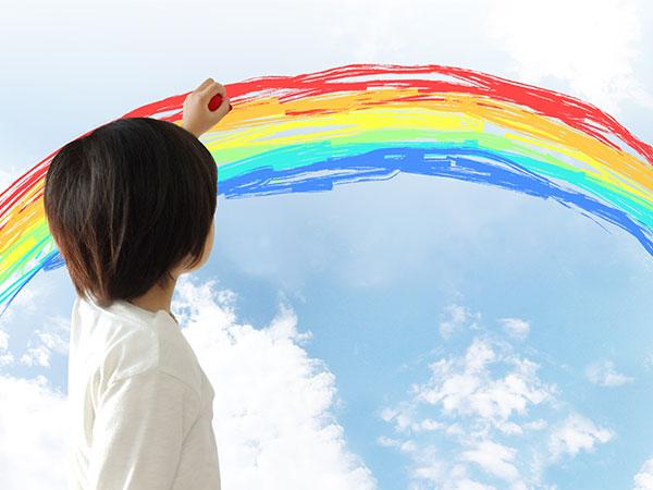 虹を描く子供