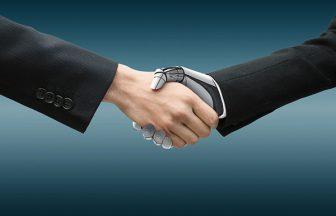 握手する人間とロボットの手