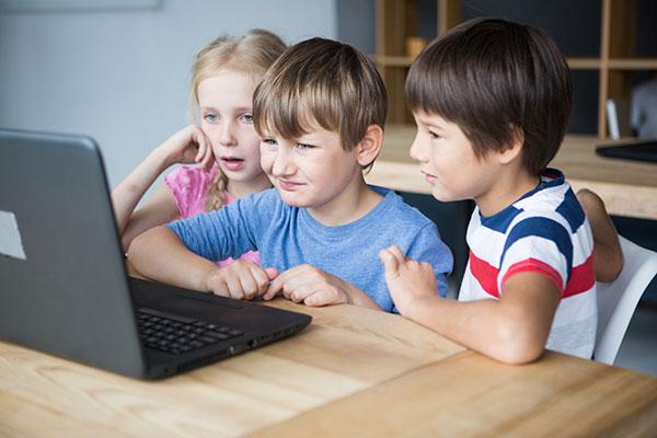 パソコンで動画見る3人の子供