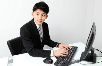 コンピュータで作業している会社員