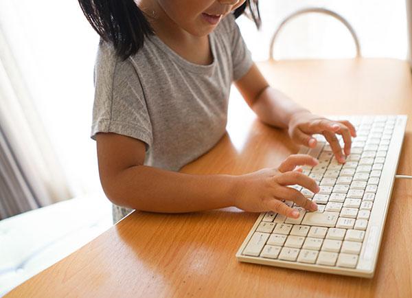 キーボードを操作する少女