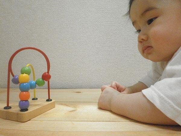 知育玩具を見る赤ちゃん