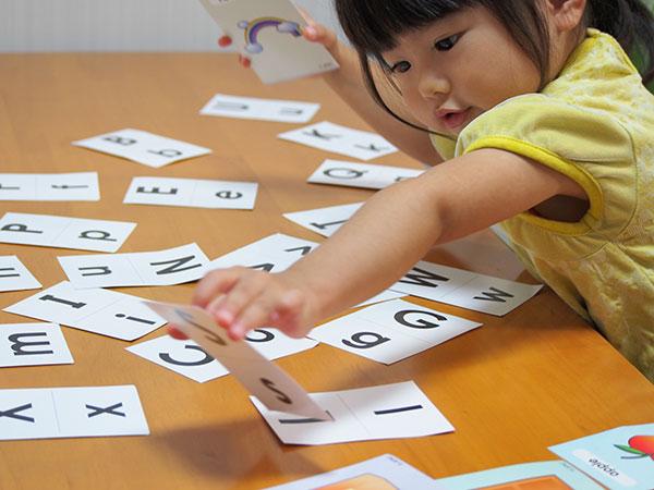 アルファベットで遊ぶ女の子