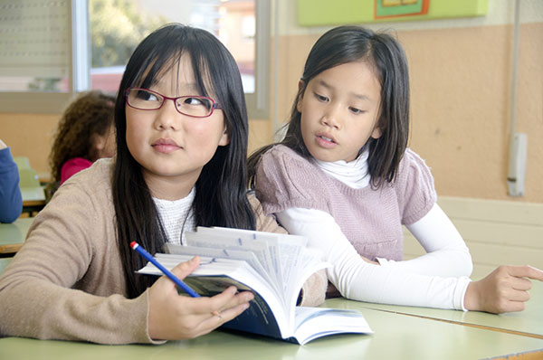 勉強中の2人の少女