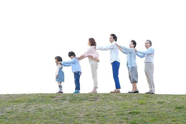 家族が肩に手を置いて繋がっている様子