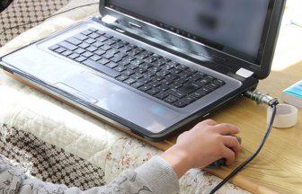 こたつでパソコンを操作する子供の手