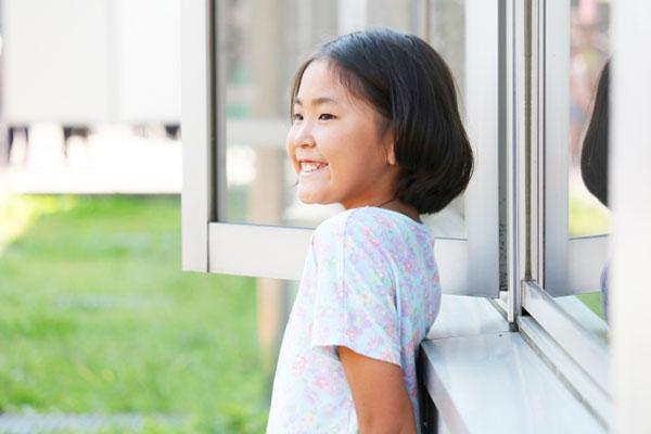 外で微笑む少女