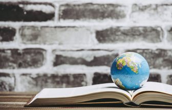 本の上に地球儀