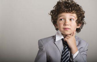 考えるスーツ姿の少年