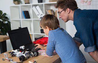 ロボットプログラミングをする親子