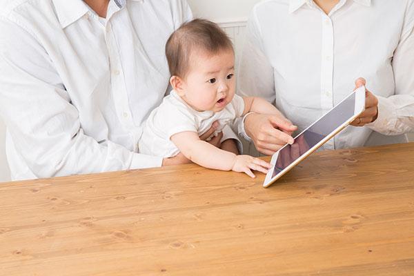 タブレットを触ろうとする赤ちゃん