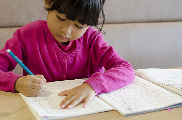 宿題している少女