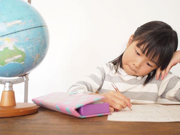 勉強中に悩む少女