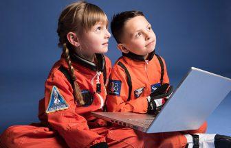 宇宙飛行士の制服を着ている子ども達